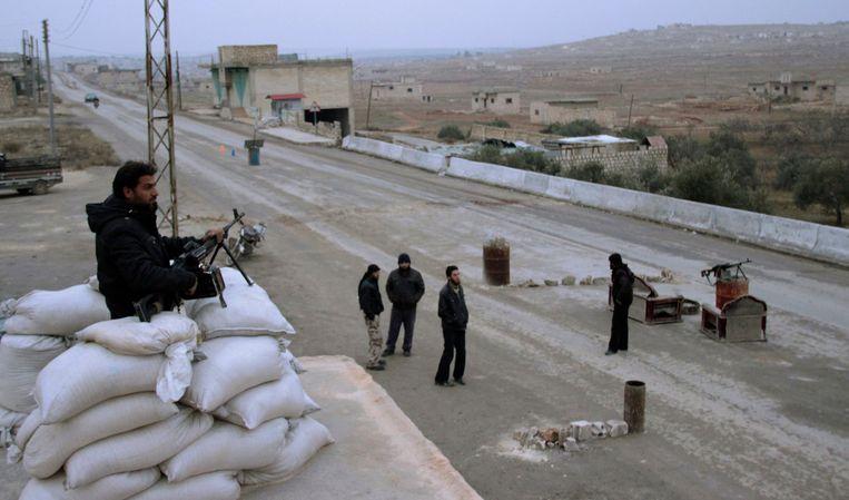 Gematigde rebellen bij een grenspost houden scherp in de gaten of er geen leden van de Isis binnen komen. Beeld REUTERS