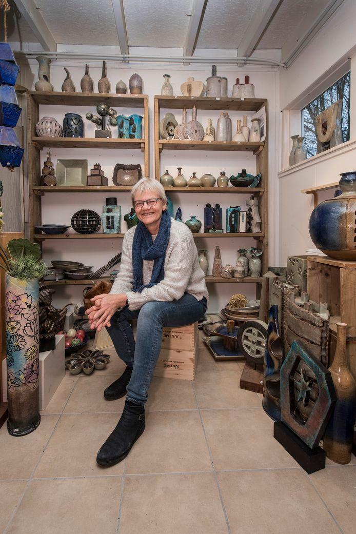 Keramiste en pottenbakker Anke de Jong.