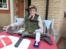 Arnhem veteraan John Waddy (100) toont trots zijn Schmeisser MP40 en drinkt elke dag een gin met uien