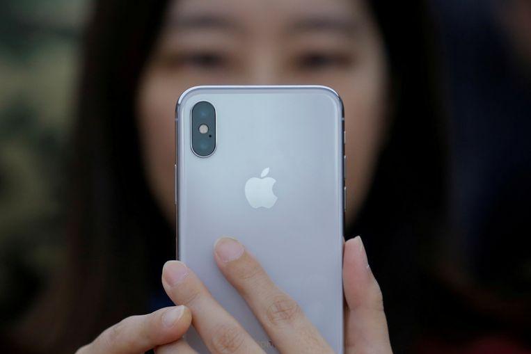 Een vrouw bekijkt de iPhone X.