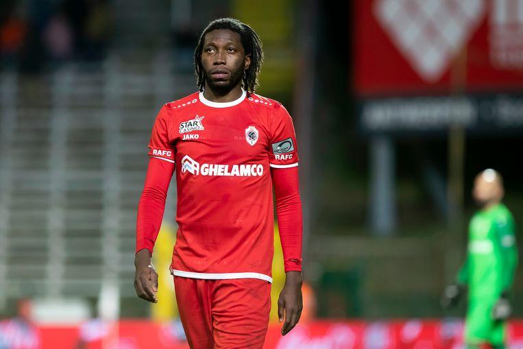 Mbokani met doffe blik: Antwerp liet van z'n pluimen tegen Charleroi.