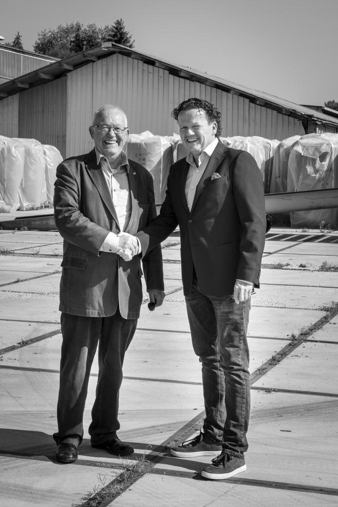 Harrie van Casteren (links) en managing partner Tom Peters van Somerset Capital Partners geven een handdruk op de verkoop van het Hacas-terrein.