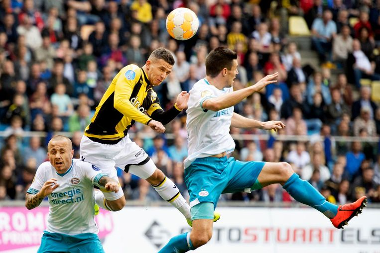 Nick Viergever van PSV in duel met Bryan Linssen van Vitesse Beeld anp