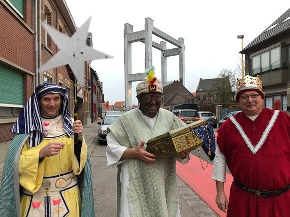 De Driekoningen gaan van deur tot deur om iedereen uit te nodigen voor de festiviteiten.