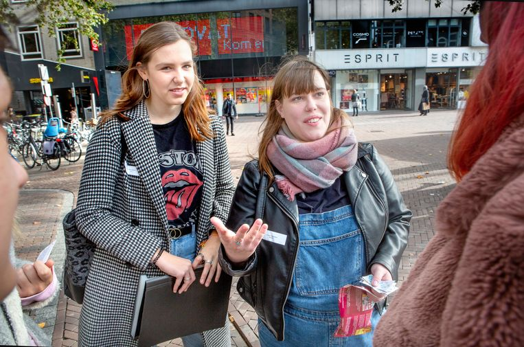 Fleur Wiltenburg (links) en Mariëlle de Bruijn delen complimentjes uit op de Utrechtse Oudegracht. Beeld Maarten Hartman