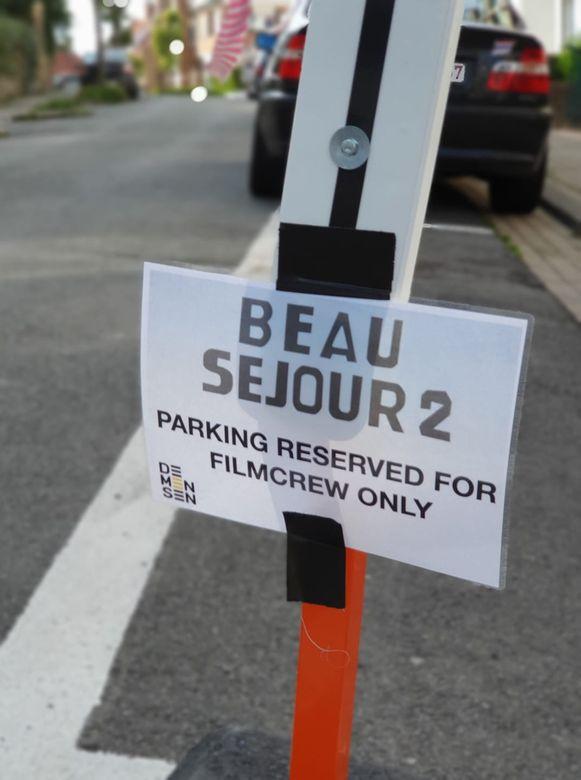 Vandaag en morgen zijn 40 parkeerplaatsen in een deel van de Vissers- en Dumontlaan ingenomen voor de crew van Beau Séjour 2