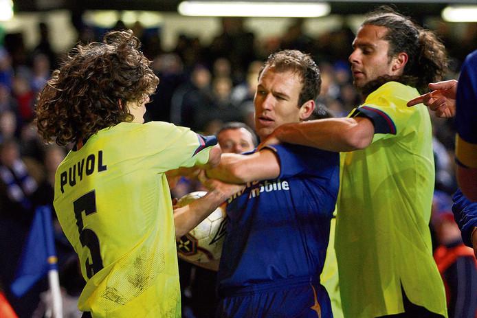 Arjen Robben heeft het op Stamford Bridge aan de stok met Carles Puyol tijdens de achtste finales tegen Barcelona in 2006.