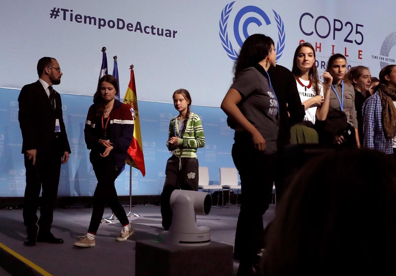 Klimaatactivist Greta Thunberg verlaat het podium. Beeld EPA