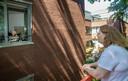 De bezoekregeling in mei: met bewoners praten vanaf een hoogwerker.