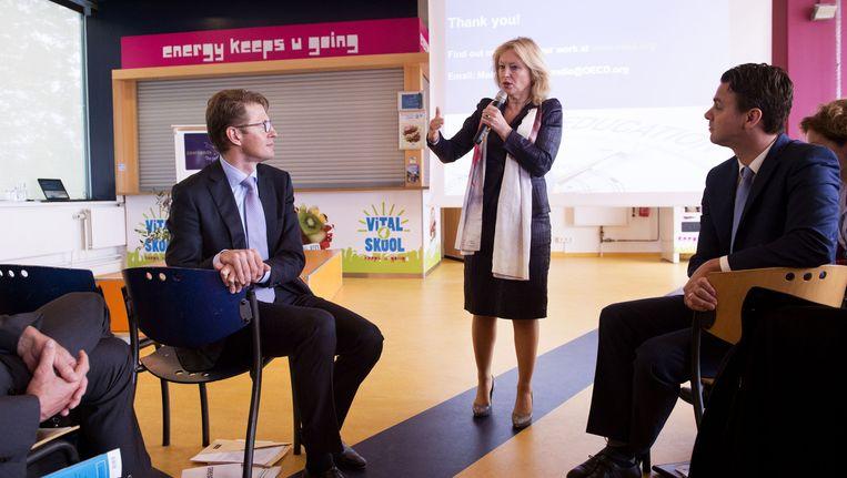 Minister Bussemaker en staatssecretaris Dekker tijdens de presentatie van de doorlichting van het Nederlands onderwijsstelsel door de OESO. Beeld anp