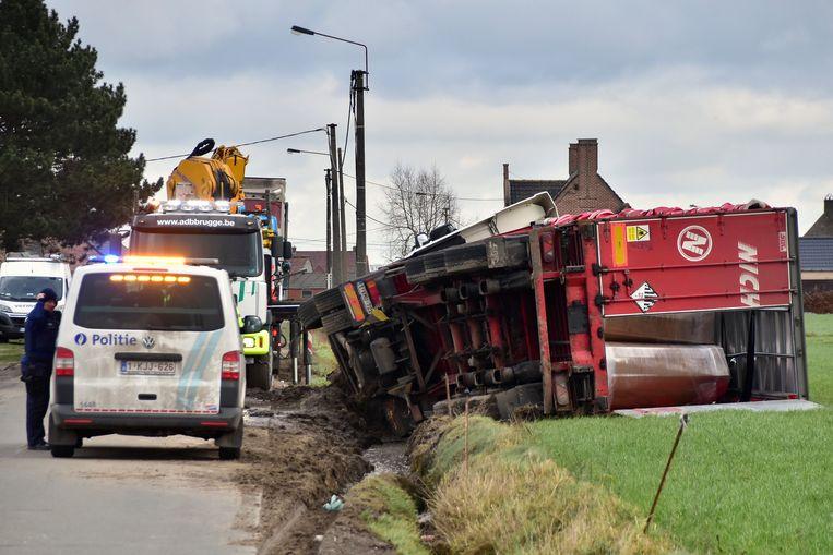 De vrachtwagen ploegde eerst door de gracht en kantelde vervolgens.