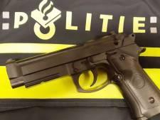 Politie houdt jongen (15) met nepwapen aan
