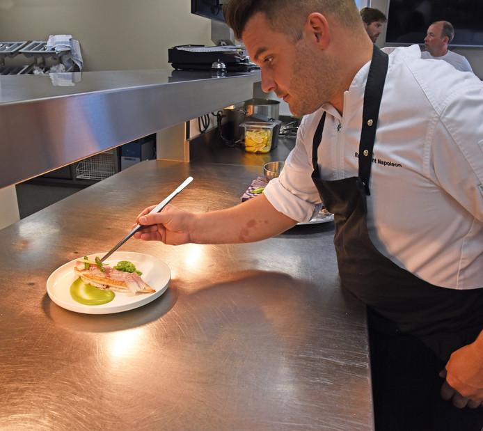 Chef-kok Michiel maakt een bordje geroosterde scholfilet met huisgerookte paling op.