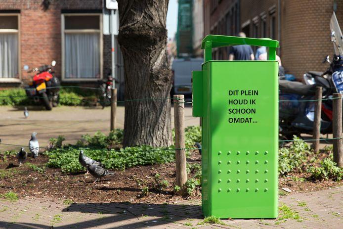 Voor een proef in Den Haag werden nieuwe groene afvalbakken geplaatst en afvalbakken met tekst.
