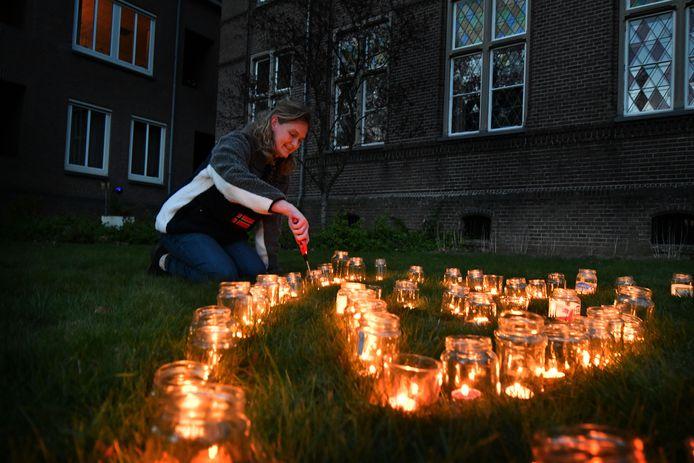 Mieke Mulder ontsteekt kaarsjes in de vorm van een hart bij het klooster .