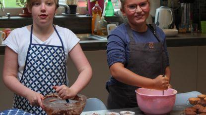 """Vriendinnetjes Margot en Emma bakken cupcakes zodat Margots longziekte erkend kan worden: """"Met deze actie willen we geld inzamelen voor wetenschappelijk onderzoek"""""""