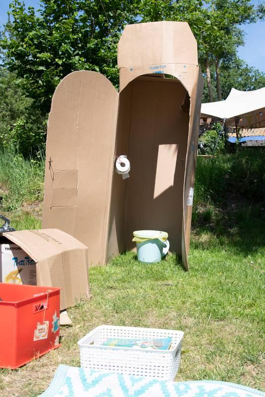 De vriendin van Frank van der Veen bedacht dat de doos van de nieuw aangeschafte koelkast wel eens uitkomst zou kunnen bieden. Dus doos in de auto en mee naar camping Bij Ons in Groesbeek. Met een stanleymes een deur snijden, toiletrol ophangen, een emmer met deksel en voila: de ultieme poepdoos is daar.