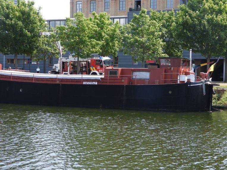 De woonboot ligt langs de Kolenkaai in Brugge
