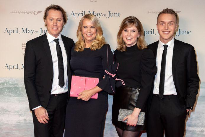 Linda met haar partner Jeroen Rietbergen (links) en haar kinderen Julian en Noa uit een eerdere verbintenis.
