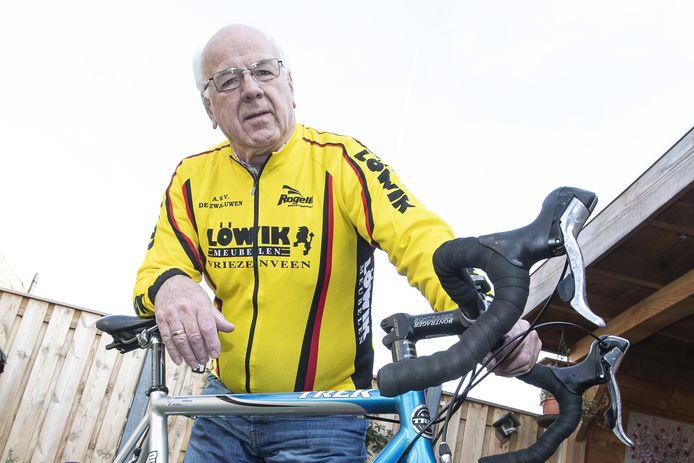 Gerrit Pluimers in het jasje van De Zwaluwen, de wielervereniging waarvan hij in 2019 benoemd werd tot erelid.