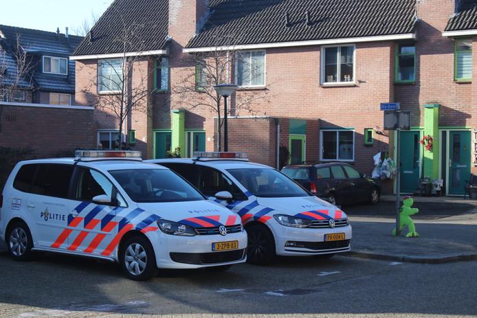 De politie doet onderzoek naar een aangetroffen lichaam in een woning aan De Deel in Apeldoorn.
