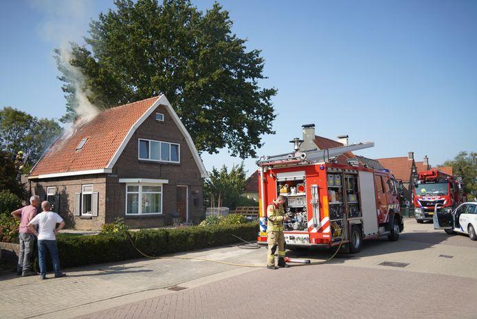 Het dak van een woning aan de  Molenstraat  in Herwen heeft vlam gevat. Foto: Eastview media