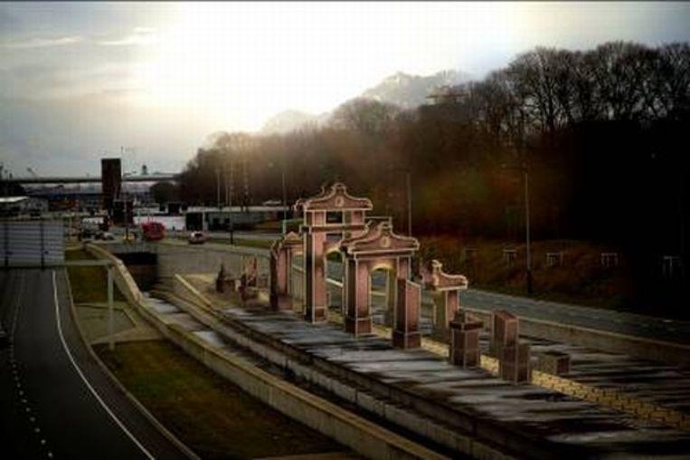 Deze 'nep-ruïne' met zeven poort komt bij station Noorderpark Beeld Persijn Broersen & Margit Lukács