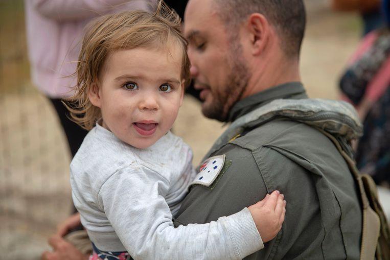 Een meisje uit Mallacoota wordt een legerhelikopter in geholpen.