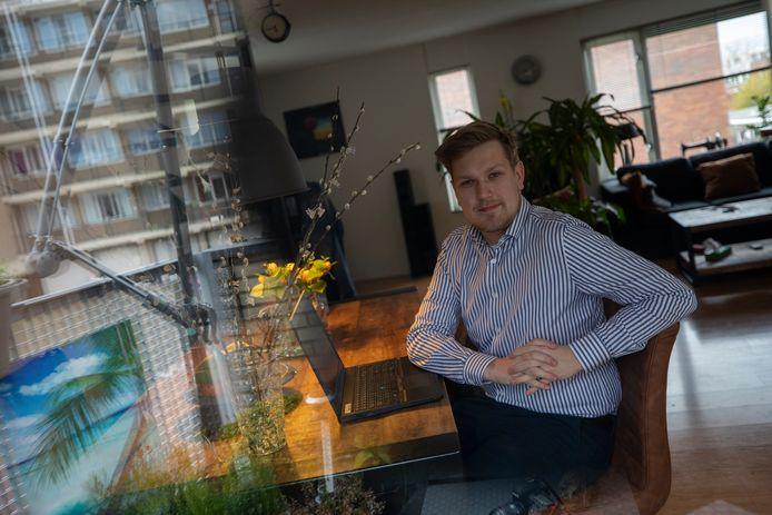 Thom van Vugt is steunraadslid voor ONS.Vlaardingen: ,,Drie fractieleden behoren tot de risicogroep. Sinds 9 maart heb ik ze niet meer gezien.''