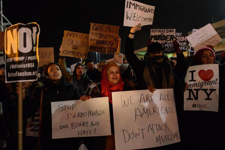 Demonstranten bij het JFK-vliegveld in New York protesteren tegen het inreisverbod. Beeld getty