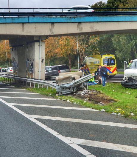 Bestelbus botst tegen vangrail langs A28, bestuurder raakt gewond
