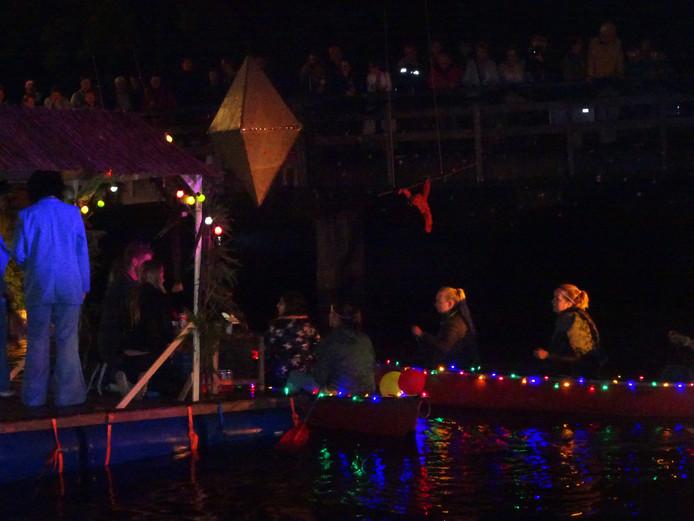 De kano's lichten op in de nacht.