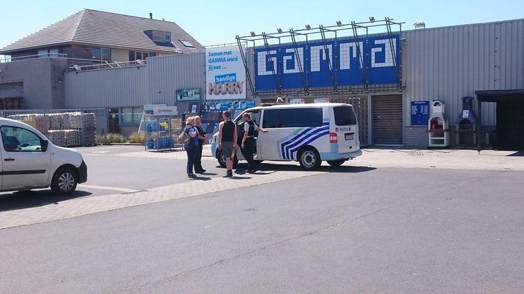 De politie bij de Gamma na de gewapende overval van vorige vrijdag.