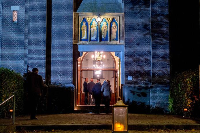 Dirk Jan Franken voelde als nieuwe eigenaar van de Puiflijkse Johannes de Doperkerk de sfeer goed aan en gooide op Allerzielen de deuren open, zodat na een kerkhofbezoek kon worden nagepraat.