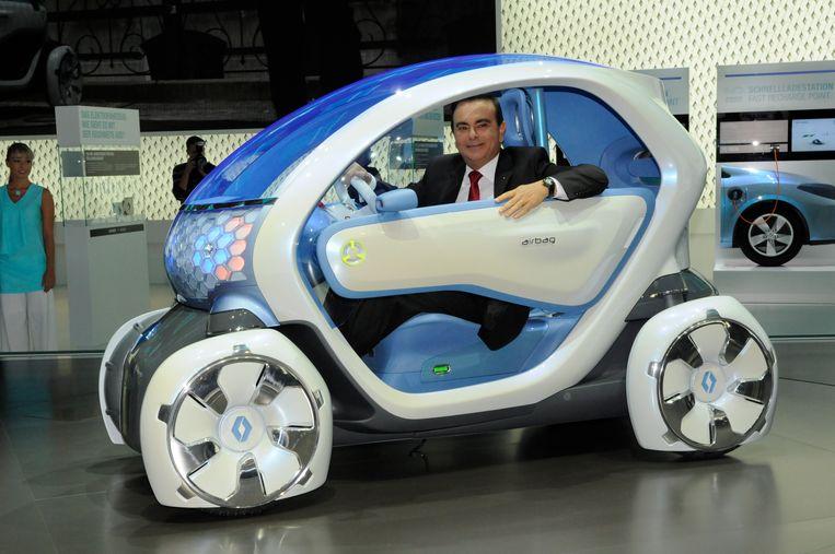 Carlos Ghosn poseert in de uitstootvrije conceptauto Twizzy. Beeld EPA