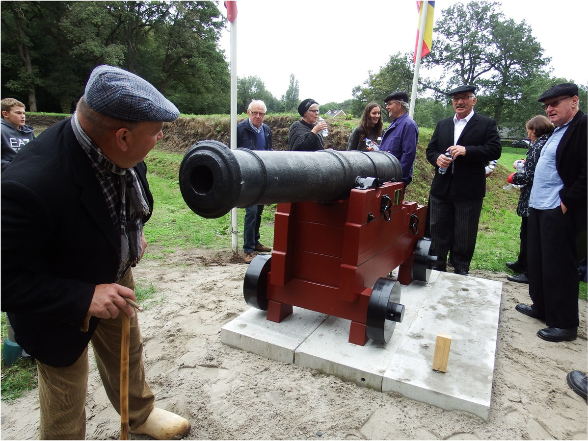 Na de onthulling van het kanon op de vestingwal van de Ommerschans kreeg het historische wapen veel bekijks.