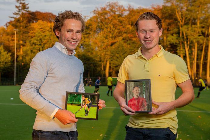 De broers Hans (links) en Bart van Loon dragen in hun handen een ingelijste foto van hun overleden broer Geert.