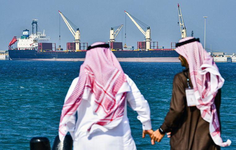 Alle olietankers, zoals hier bij de Saoedische haven Ras al-Khair, zitten tjokvol.  Beeld AFP