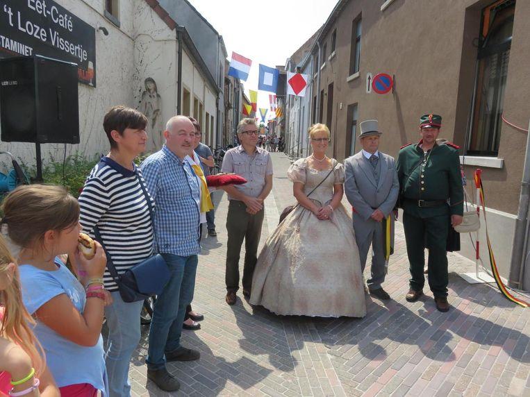 Een beeld uit de oude doos. Luc (uiterst rechts) droeg vorig jaar nog het kostuum van wijkchampetter.