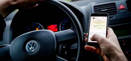 Bellen en appen in het verkeer: we betaalden vorig jaar miljoenen euro's aan boetes in Oost-Nederland