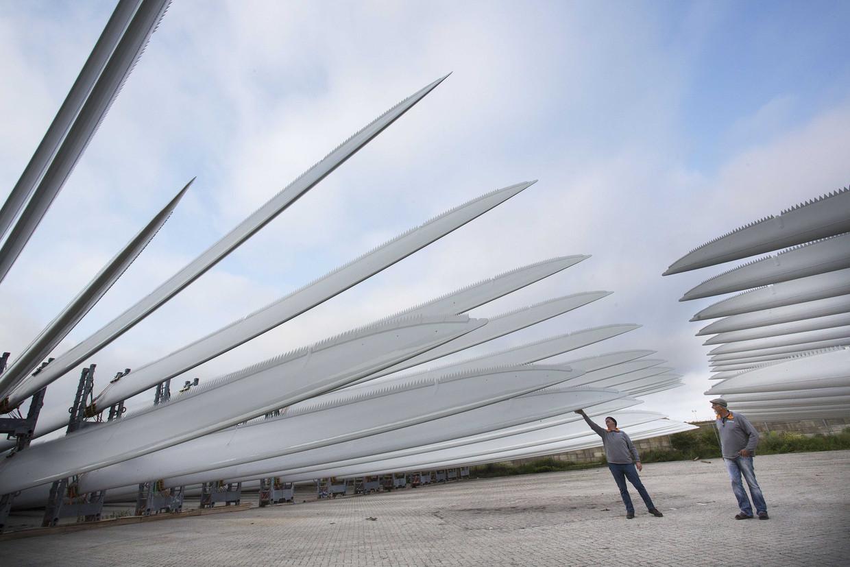 Wieken van een windmolen worden klaar gemaakt voor transport richting Wieringermeer.