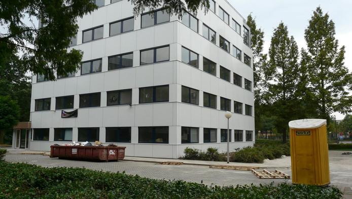 Een kantoor aan de Plotterweg De Hoef wordt verbouwd tot woningen.