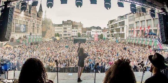 Het Schouwburgplein stroomde vol met Sinksen in 2018, voor de show van Laura Tesoro op Bockor Rock.