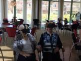 Ouderen gaan op safari met VR-bril
