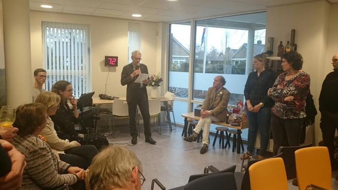 Wethouder Gosse Hiemstra opent het Centrum voor Jeugd en Gezin Raalte officieel.