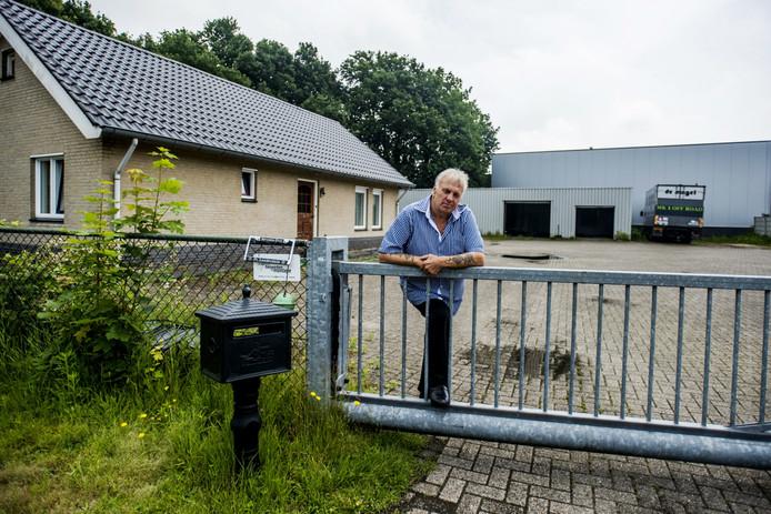 """Willy Brands bij zijn woning aan de Nassaudwarsstraat in Vlijmen. ,,Een man een man, een woord een woord."""""""