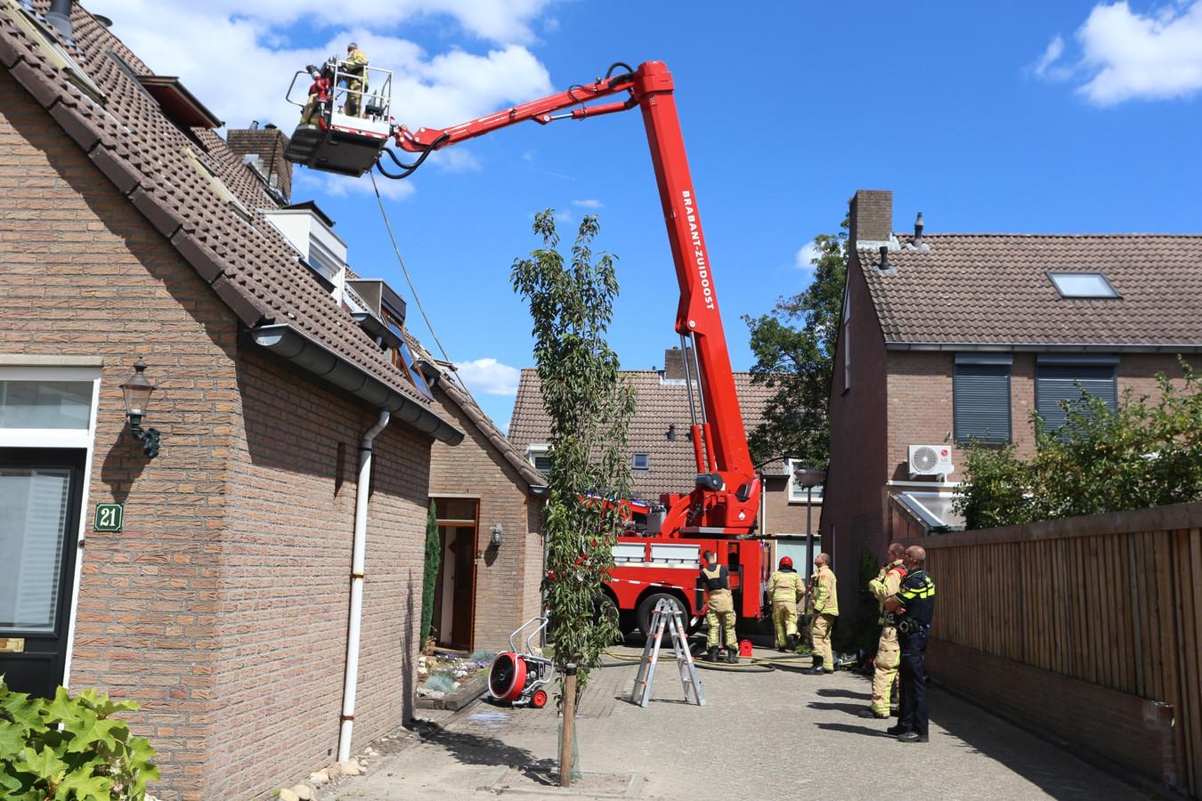 Een hoogwerker ter plaatse bij een brand op de zolder van een woning in Best.