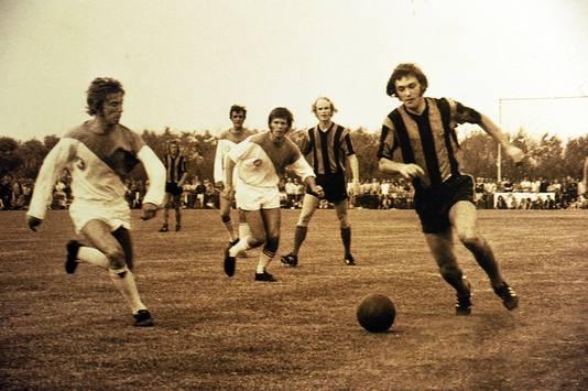 De Meeuwen tegen Club Brugge met tweede van links Ruud Geels.
