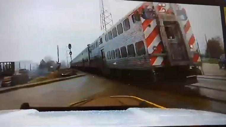 De dashcam van de politiewagen legt vast hoeveel geluk de agent heeft.