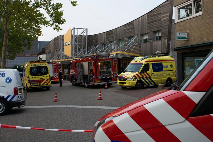 Meerdere ambulances en brandweerwagens spoedden zich naar de Jumbo in Raalte.